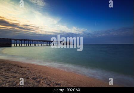Muelle al atardecer de mar, coloridos sky