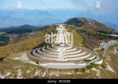 MEMORIAL EN EL ITALIANO - frente austríaco DURANTE LA GUERRA MUNDIAL UNO EN MONTE GRAPPA (altitud: 1775m) (vista aérea). Crespano del Grappa, Veneto, Italia.