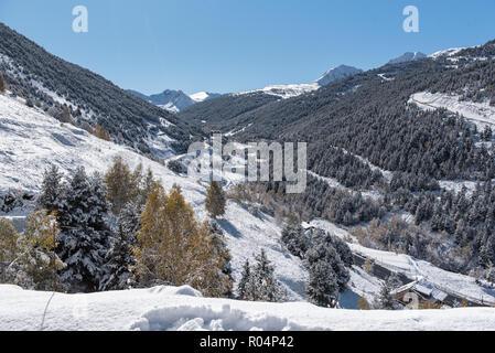 Hermoso paisaje de Soldeu, Canillo, Andorra en una mañana de otoño en su primera nevada de la temporada.