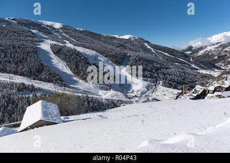 Hermoso paisaje de Soldeu, Canillo, Andorra en una mañana de otoño en su primera nevada de la temporada. Usted puede ver casi terminadas las obras de th
