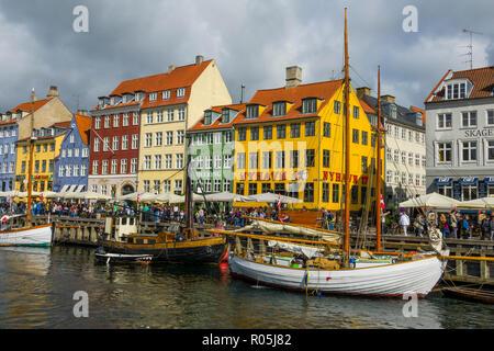 Copenhague Nyhavn Cafeterías Bares restaurantes en el histórico barrio del Canal Nyhavn, Copenhague, capital de Dinamarca