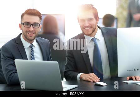 Los ingenieros de software que trabajan en el proyecto y la programación en la empresa