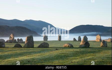 Castlerigg Stone Circle y baja neblina colgadas sobre el valle