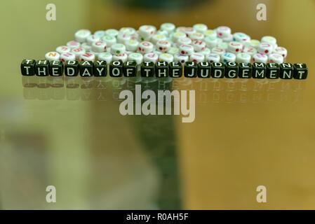 El día de la sentencia escrita con acrílico cubo negro con blanco Alfabeto Perlas en el fondo de cristal