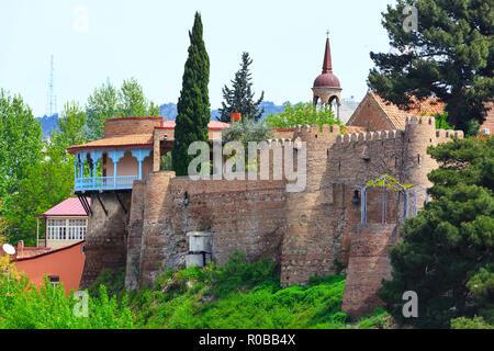 Antiguas casas tradicionales, muralla y la torre en la parte vieja de la ciudad de Tbilisi, Georgia Foto de stock