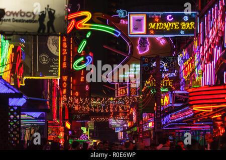 BANGKOK, TAILANDIA, 31 de enero de 2012: Vista de la colorida iluminación de neón llenando el Soi Cowboy street en la red del distrito de ocio de Nana en Ba