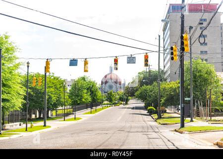 Montgomery, EE.UU. - 21 de abril de 2018: carretera vacía durante el día en la capital Ciudad de Alabama, nadie, Primera Iglesia Bautista domo en el norte de la calle Ripley