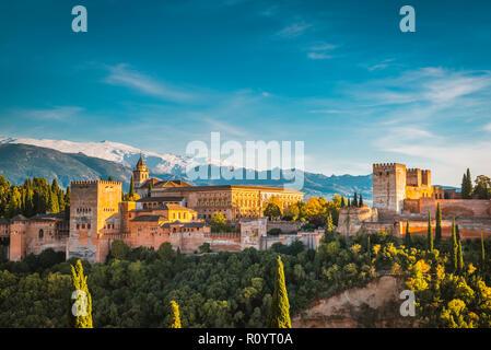 Panorama de la Alhambra desde el Mirador de San Nicolás. De izquierda a derecha: Palacios Nazaries, el Palacio de Carlos V y la Alcazaba. Granada, y