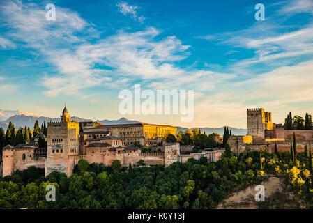 Panorama de la Alhambra desde el Mirador de San Nicolás. De izquierda a derecha: Palacios Nazaries, el Palacio de Carlos V, Granada, Andalucía, España.