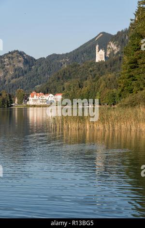 Lago 'Alpsee', Füssen, con Hohenschwangau, Neuschwanstein y el restaurante Alpenrose en una cálida y soleada noche a finales de septiembre. Schwangau, Baviera