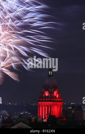 Fuegos artificiales iluminan el cielo de la noche detrás de Leeds Town Hall para marcar el final del interruptor de las luces de Leeds en el evento de 2018.