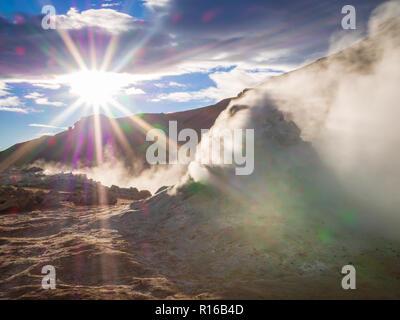 Sun en el campo geotérmico de Hverir, Islandia Foto de stock