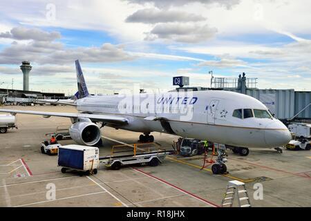 Chicago, Illinois, Estados Unidos. Un avión de United Airlines que se están preparando para un viaje en el Aeropuerto Internacional O'Hare.
