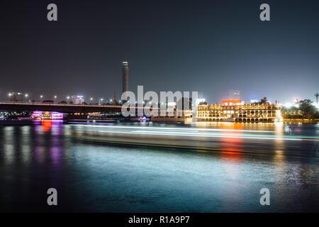 El centro de la ciudad de El Cairo por la noche, la larga exposición con estelas de luz moviéndose de botes en el río Nilo.