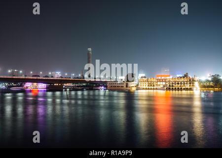 El centro de la ciudad de El Cairo y el Nilo de noche larga exposición con suavizan el agua.
