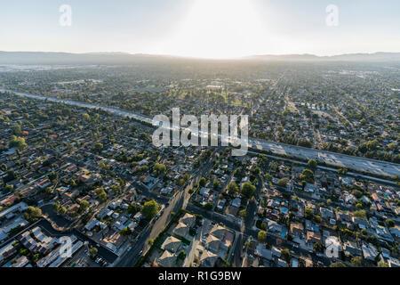 Por la tarde vista aérea de San Diego Freeway 405 cruzando el Valle de San Fernando, en Los Angeles, California.