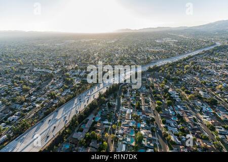 Vista aérea de la tarde sobre la ruta 118 Freeway, en el Valle de San Fernando, de Los Angeles, California.