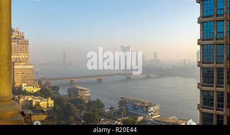 El Cairo en el smog: niebla vista del puente desde la Universidad de El Cairo en Giza, a El Cairo, sobre el río Nilo, rascacielos, el Hyatt Grand Nile Tower restaurante giratorio