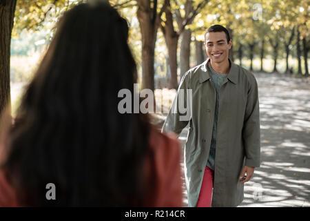 Morena alegre hombre caminando junto con mujeres Foto de stock