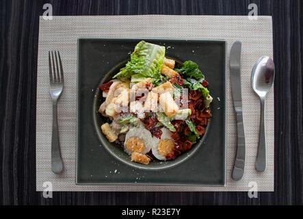 Ensalada César con huevo, aguacate, pedacitos de pan, tocino y queso Foto de stock
