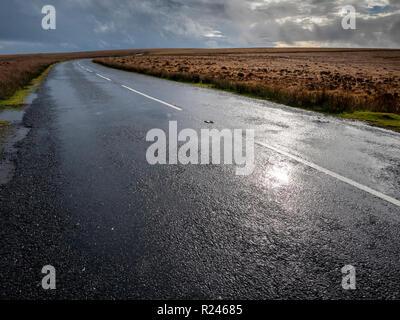 Un vacío, abrir camino en tiempo húmedo en Exmoor National Park Devon UK