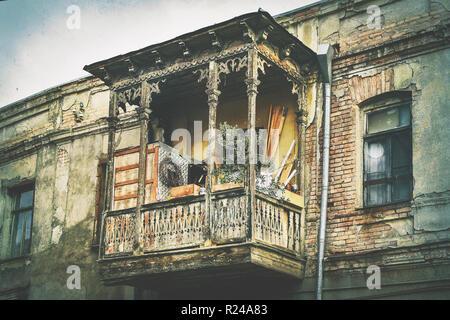 Arquitectura de estilo georgiano tradicional antiguo balcón de madera con decoraciones talladas en la vieja ciudad de Tbilisi Foto de stock