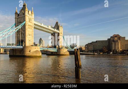 Londres, Inglaterra, Reino Unido - 11 de marzo de 2011: Mañana sol ilumina la arquitectura gótica del icónico Tower Bridge de Londres.