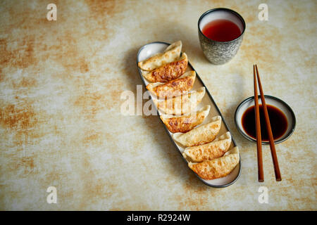 Orginal dumplings gyoza asiáticos servidos en placa larga