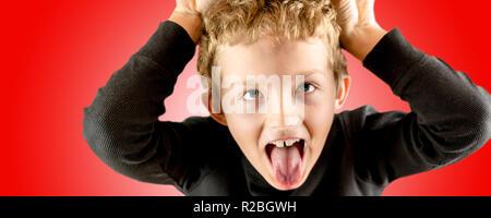 Primer plano de una joven fuerte expresión gritando con aspecto loco y frenesí en sus ojos, muy enojado expresión sobre fondo rojo.