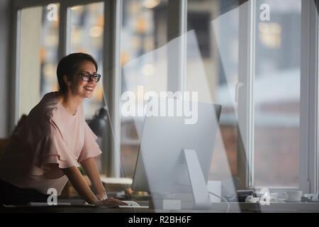Mujer por ordenador