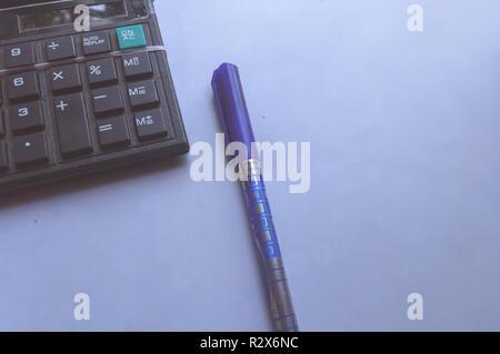 Lápiz y calculadora o máquina de calcular sobre fondo blanco. Trabajo de contabilidad financiera y el concepto de negocio. Útil para mostrar informe de economía, beneficio c