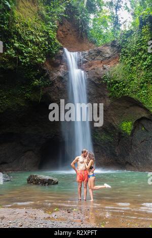 Pareja mirando la bellísima cascada en Bali