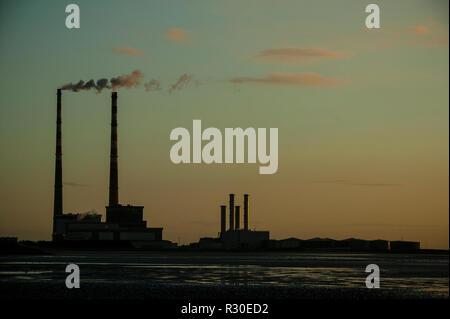 Poolbeg gas/aceite Power Station de ZPE de Sandymount Strand, temprano por la mañana Foto de stock
