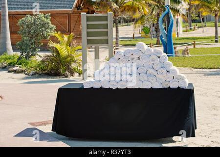 Pila de blanco, toallas enrolladas en Black Mesa en resort hotel en día soleado en el contexto natural. Spa, relájese, balneo. Vacaciones de verano