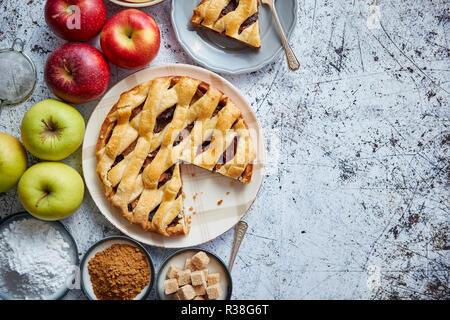 Deliciosa tarta de manzana una tarta con frutas frescas, café y azúcar en polvo Foto de stock