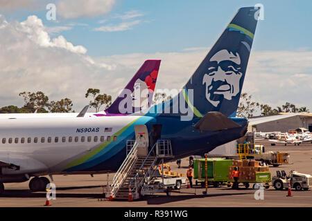 Kailua-Kona, Hawai, Alaska Airlines y Hawaiian Airlines aviones jet en el aeropuerto internacional de Kona en la Gran Isla de Hawaii.
