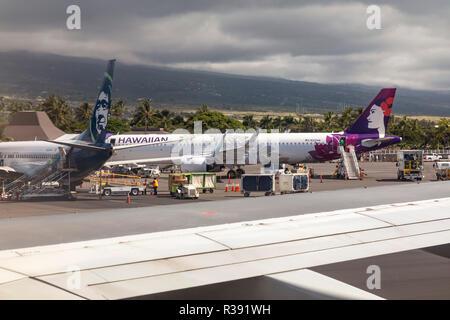 Kailua-Kona, Hawai, Alaska Airlines y Hawaiian Airlines aviones sobre el asfalto en el aeropuerto internacional de Kona en la Gran Isla de Hawaii.