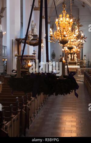 El interior de la Iglesia Trinitatis con decoración de Navidad y velas. La Iglesia está situada en el centro de Copenhague, Dinamarca. Es parte del siglo XVII.