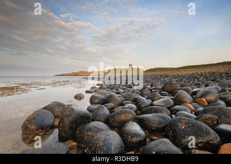 Una escena costera cerca de Dunstanburgh Castle en Northumberland, Reino Unido