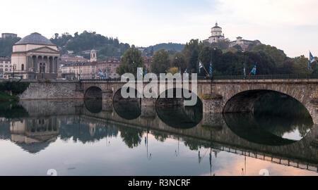 Ponte Umberto I, puente sobre el río Po, en el centro de Turín, Italia. La Iglesia de la Gran Madre, Chiesa Gran Madre di Dio, puede verse opuesto.