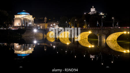 Ponte Umberto I, puente sobre el río Po, en el centro de Turín, Italia. La Iglesia de la Gran Madre puede verse sobre el puente. Fotografiado en la noche.