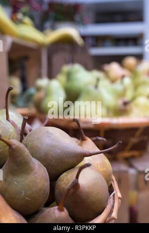Variedad de peras en venta en cestas en Eataly high-end del mercado de alimentos en Turín, Italia.