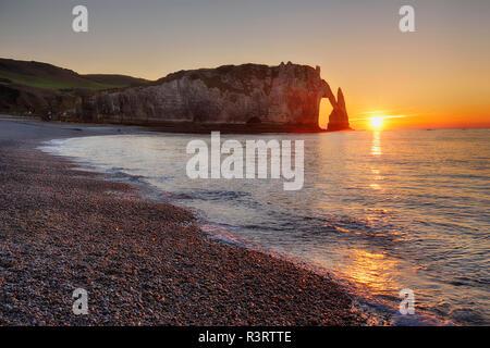 Francia, Normandía, Cote d'Albatre, rock coast de Etretat al atardecer