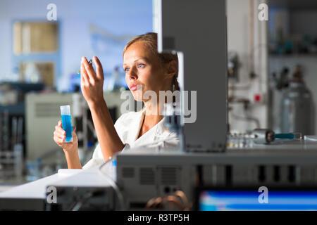 Retrato de un investigador femenino haciendo investigación en un laboratorio