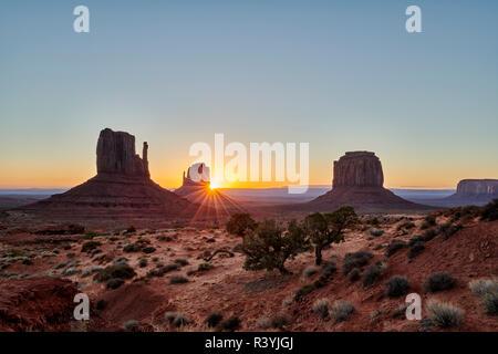 Amanecer en Monument Valley, Arizona, Estados Unidos, América del Norte Foto de stock