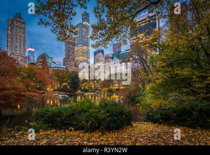 El estanque y santuario de la naturaleza Hallett ocupan la esquina sureste de baja altitud en el Central Park de Nueva York, en la esquina de la Grand Army Plaza, cruzando
