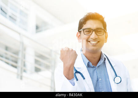 Asiática India médico celebrando el éxito