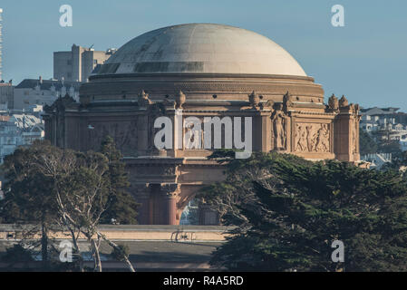 El Palacio de Bellas Artes en San Francisco como se ve desde el estrecho de Golden Gate desde un barco.