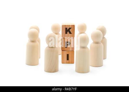 Figuras de madera como equipo empresarial en círculo alrededor de acrónimo del indicador clave de rendimiento KPI, aislado sobre fondo blanco, minimalista concepto