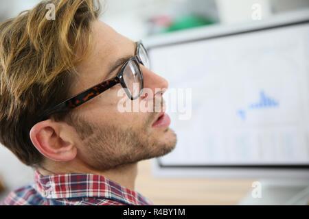 Ver perfil de chico con anteojos de moda